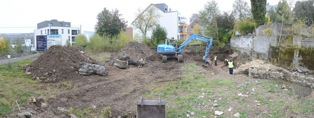 """19.10.2020: Beginn der archäologischen Grabung am Gelände """"An der Burg"""" in St.Vith. Per Bagger wird der Schutt von den tiefer liegenden Mauerresten der Burg entfernt."""