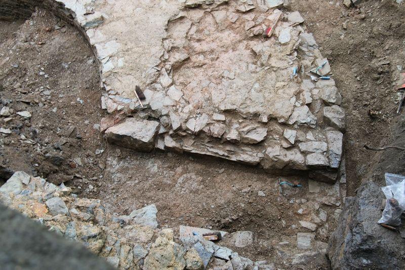 20.10.2020: Eine durchgehende Vertiefung in der Mauer des Turmes