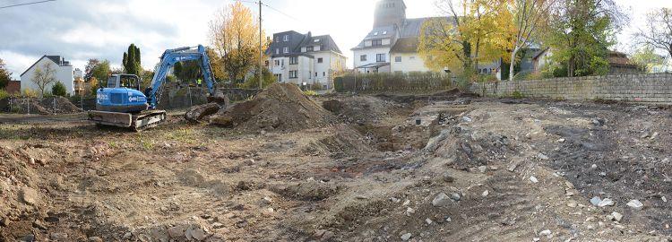 22.10.2020: Das Areal in Richtung des Grundstücks V. Maraite (abgegrenzt durch die Zementsteinmauer rechts) wurde geräumt. Dabei traten Mauerreste in Erscheinung (Bildmitte), die auch der Burg zugeordnet wurden.