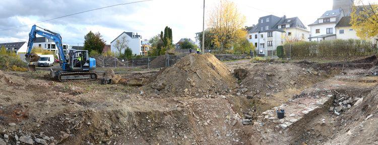 22.10.2020: Die freigelegten Mauerreste (rechts) tauchten unter dem Schutt auf.