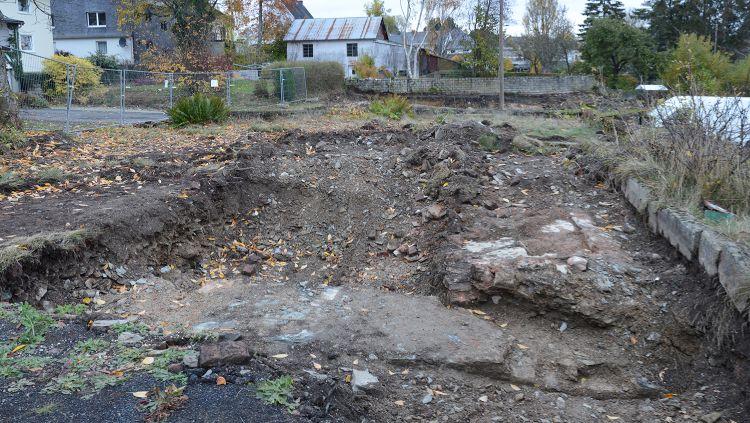 27.10.2020: Auch im linken Grabungsfeld, oberhalb der Waschbetonstützmauern des Baufachhandels Pip, tauchen Mauerreste auf.