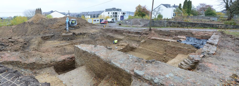 30.10.2020: Mauerreste verteilen sich über das gesamte nördliche Grabungsareal und erreichen bisweilen eine beachtliche Tiefe. (Blick in Richtung Triangel)