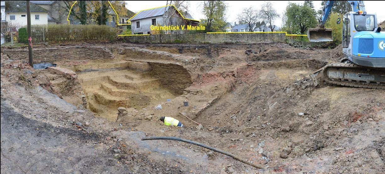 30.10.2020: Die Stufen im Erdreich dienen den Archäologen zum Abstieg in die Fundstelle. (Blick in Richtung Grundstück V. Maraite)