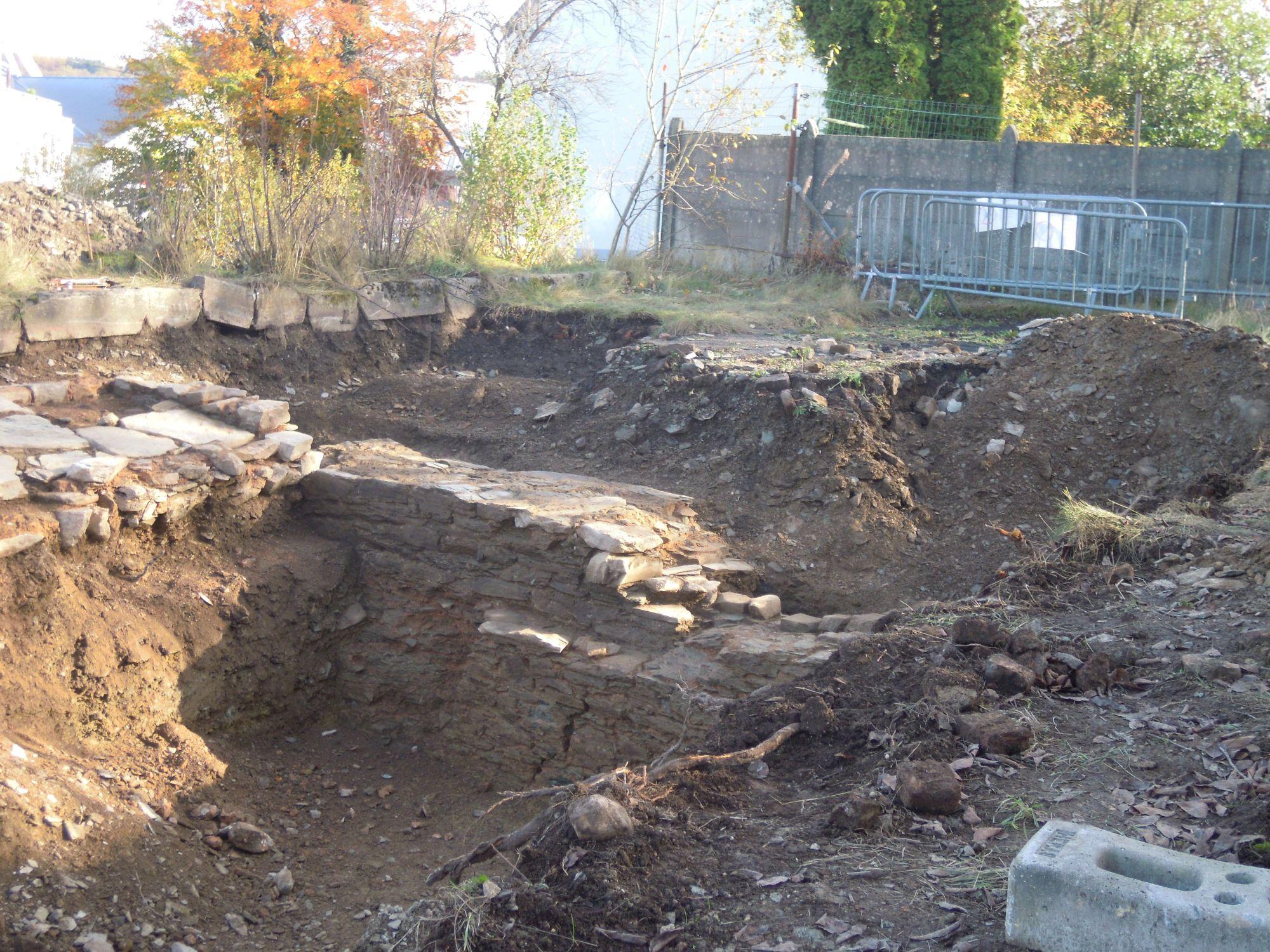 6.11.2020: Auch auf der südlichen Grabungsstelle tauchen weitere Mauern auf (Standort des Hauses von Monschaw).