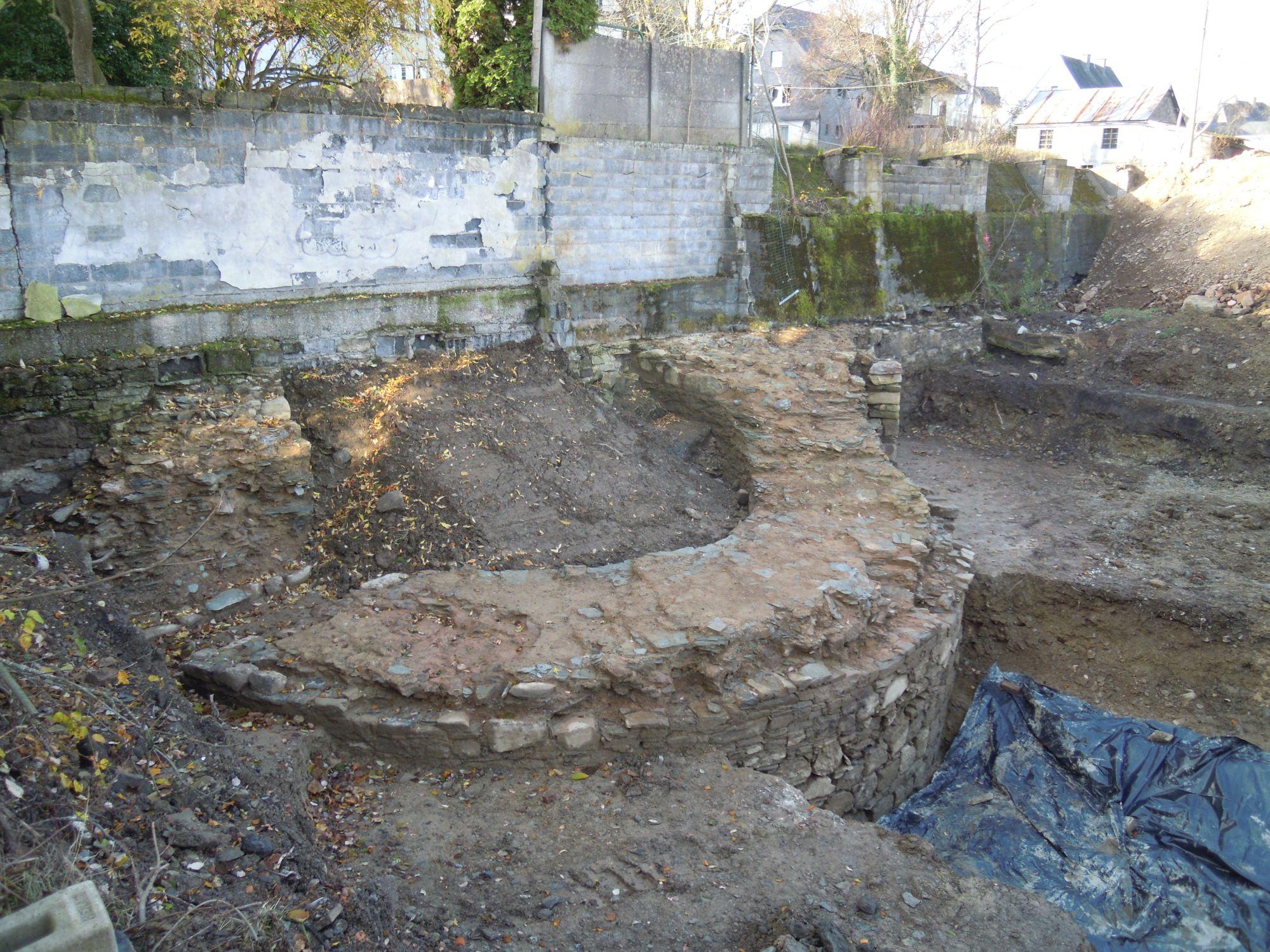 6.11.2020: Die Außenmauer des Turms im südlichen Grabungsfeld wurde bis auf Höhe des Wassergrabens freigelegt.