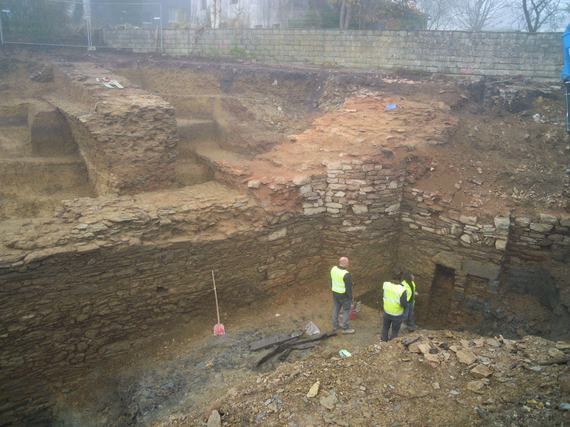 10.11.2020: Öffnungen im Mauerwerk (rechts) geben Rätsel auf: Warum liegen sie unterhalb des Wassergrabens (Bildmitte)?