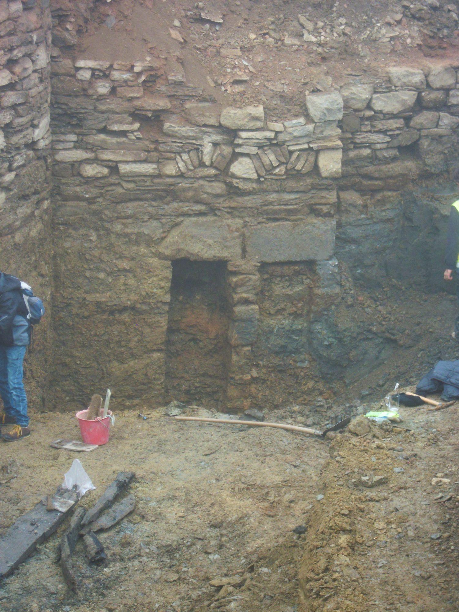 10.11.2020: Schwere Steinüberlagen und Ansätze eines Bogengewölbes über den beiden Öffnungen.